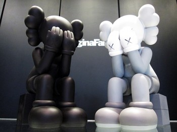 KAWS COMPANION (PASSING THROUGH) – GRAY / BLACK